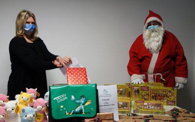 Nicole Stoltenberg von der Eckernförder Bank als Glücksfee: Ziehung der Preise unter Aufsicht des Nikolauses