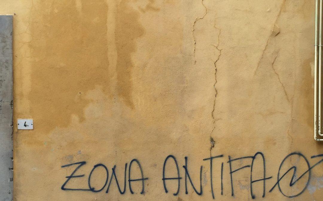 Kommunalpolitiker bedroht – 1000 Euro Belohnung für Hinweise auf Täter: Hasskommentar auf Hauswand